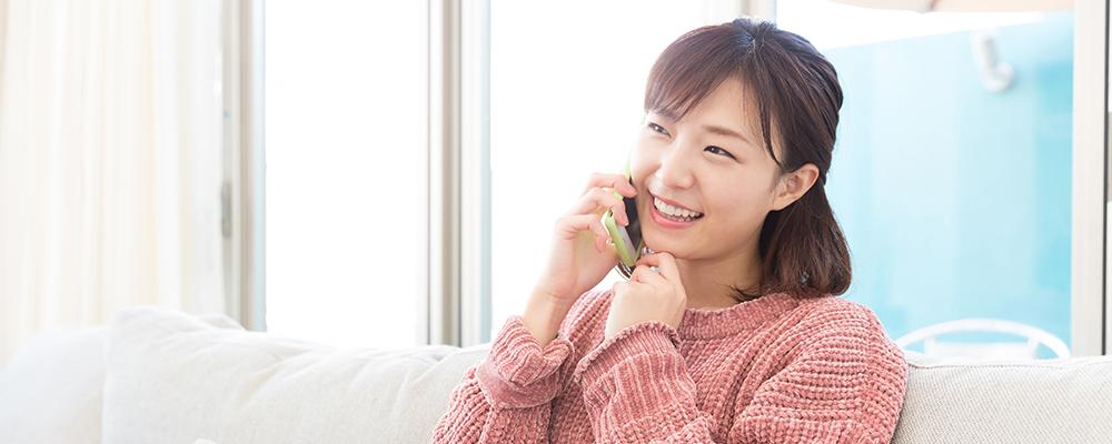 電話をかけている女性